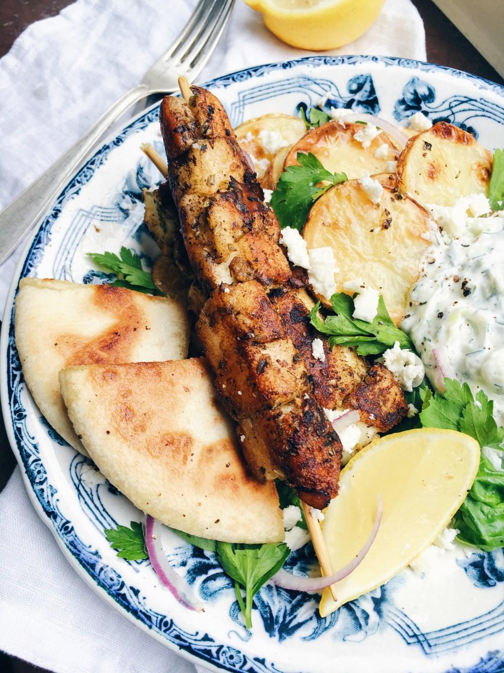 Halloumisouvlaki, vegetarisk sovlaki med rostad potatis och tzatziki