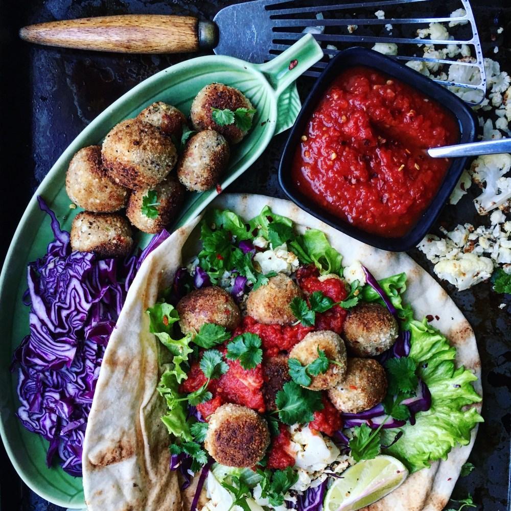 Indiska blomkålsbollar med kryddig tomatsås, rostad blomkål och rödkål i libabröd