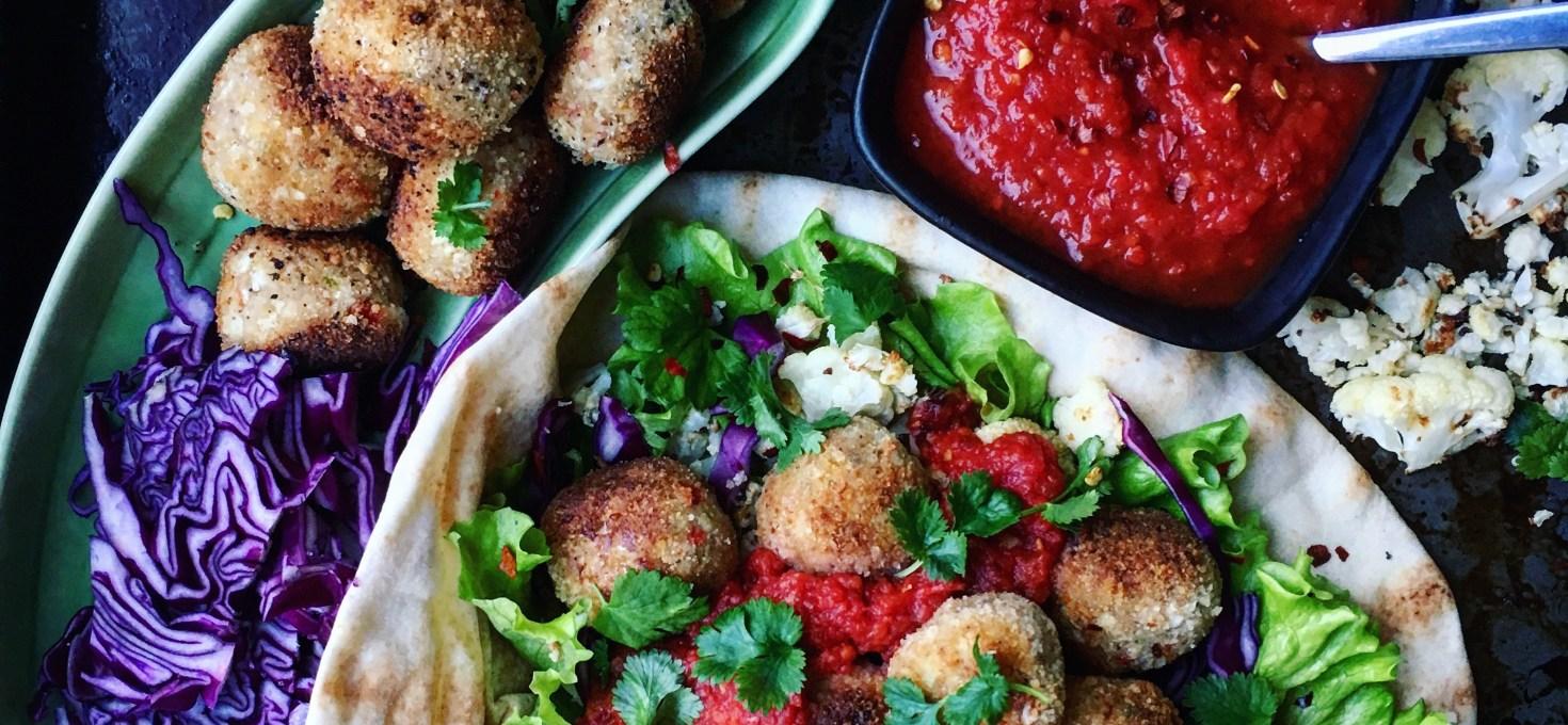Indiska blomkålsbollar med kryddig tomatsås, koriander och rödkål