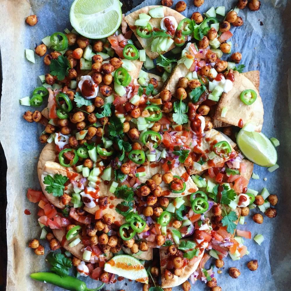 pitanachos, vegansk nachos med pico de gallo, grönt, kikärtsmajonnäs och sriracha