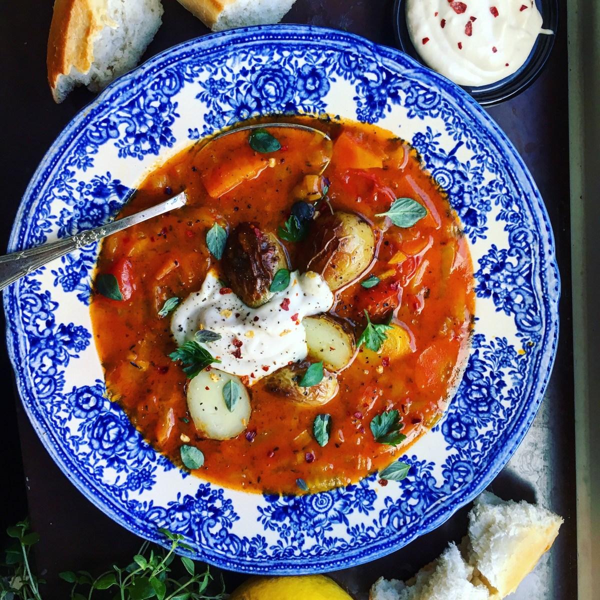 vegansk bouillabaisse med saffran, vegetarisk fisksoppa, med vegansk bönaioli och rostad potatis