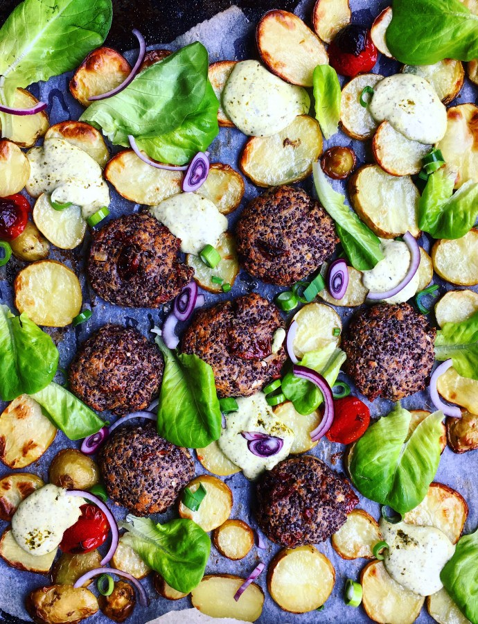 Grekiska quinoabiffar med rostad potatis och pestokräm