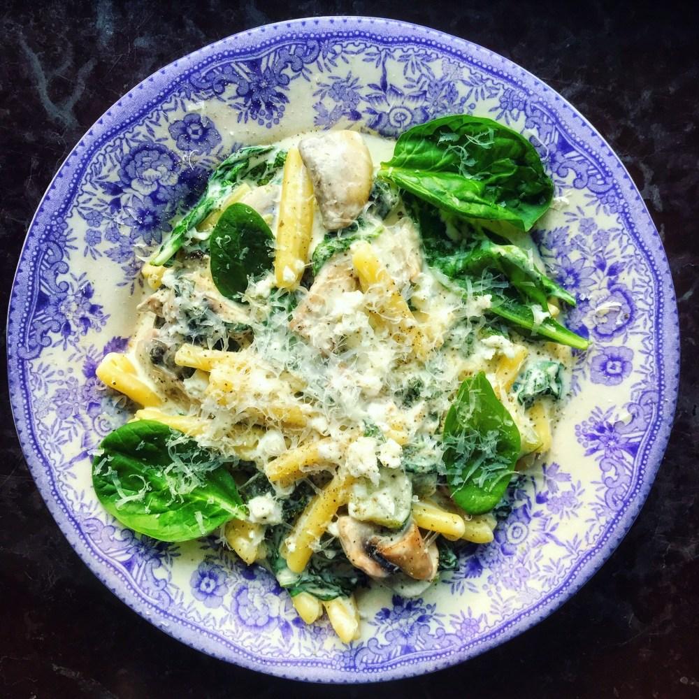 pastasås med zucchini, fetaost, bladspenat och svamp