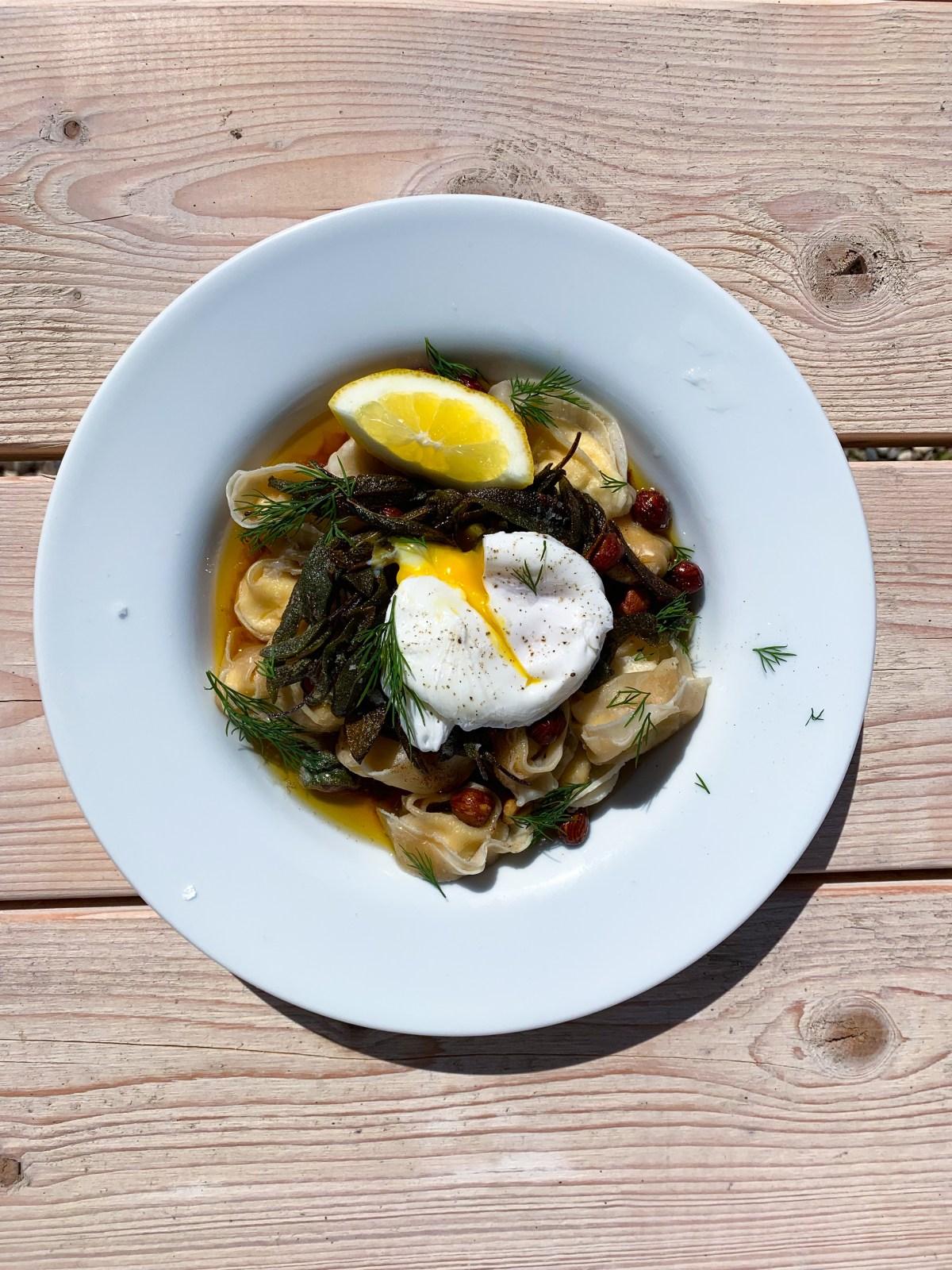 Snabb vårpasta med tortelloni, pocherat ägg, brynt saviasmör, hasselnötter, citron