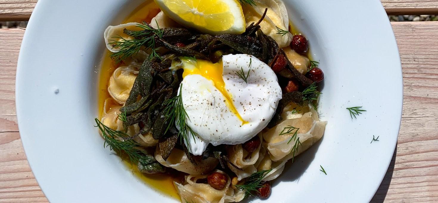 Tuvessonskans vårpasta med brynt salviasmör, pocherat ägg, hasselnötter och citron