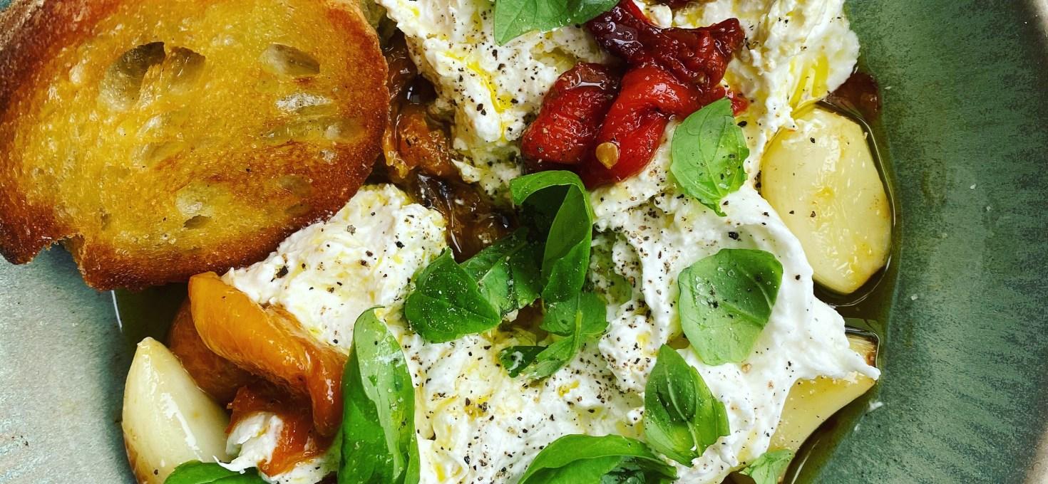 Ett enkelt fredagssnacks: Burrata med rostad paprika