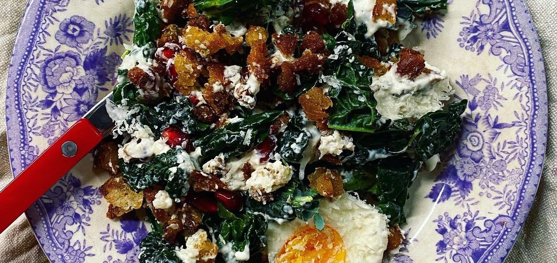 Caesarsallad med svartkål, parmesandressing och granatäpple