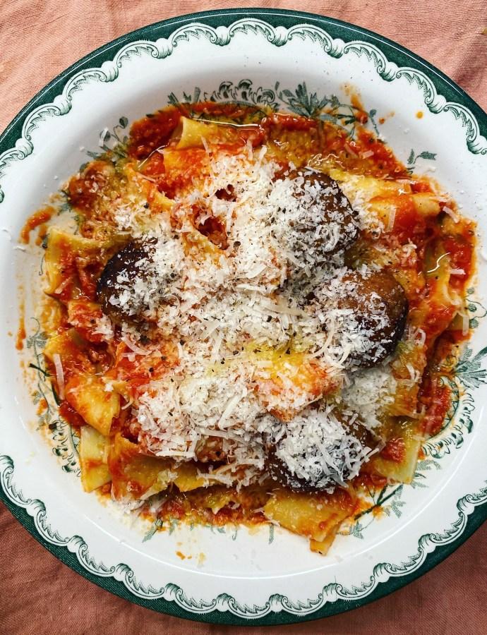 Vegobollar med ugnsrostad tomatsås och pappardelle