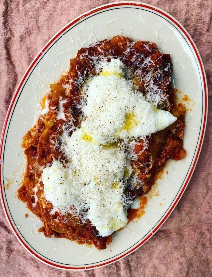 Zucchinigratäng med örtkräm och buffelmozzarella