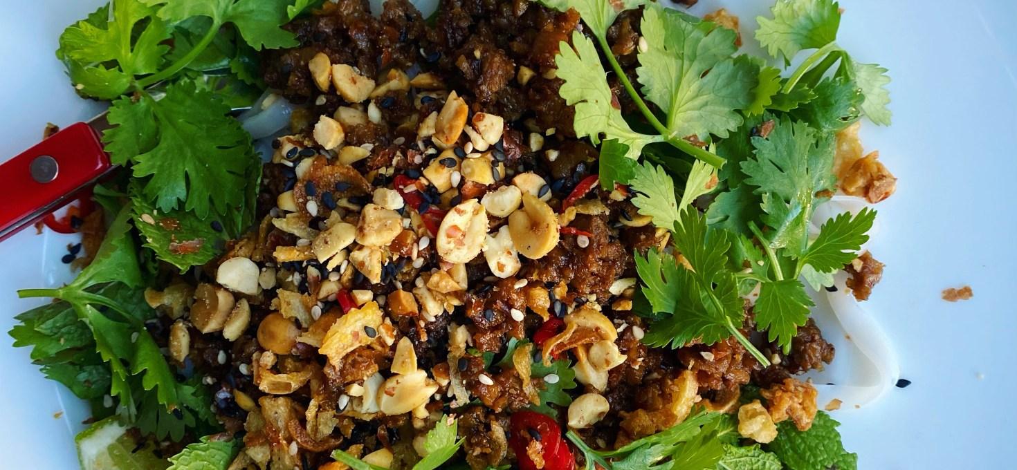 Risnudlar med hoisinfärs, jordnötter och örter