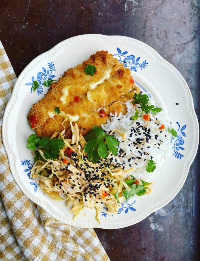 Pimp my halvfabrikat: Ostschnitzel med ris och krämig kålsallad med gochujangmajonnäs