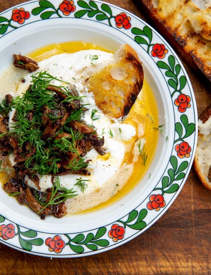 Burrata med brynt smör, kantareller och dill