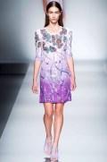 blumarine-desfile-pv-2013-vestido-corto-morado-con-lentejuelas