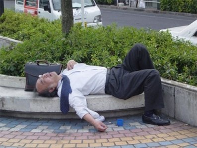 Les japonais travaillent trop donc ils dorment n'importe où ! 11