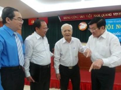 Chủ tịch nước Trương Tấn Sang (phải) trò chuyện với các cử tri sau buổi tiếp xúc