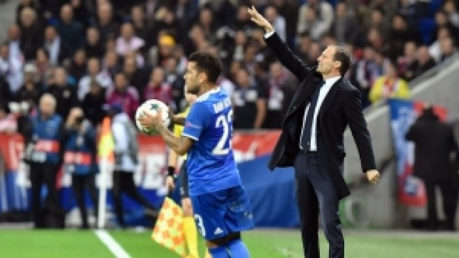 Juventus' Italian coach Massimiliano Allegri (R) gestures during the Champions League football match between Olympique Lyonnais and Juventus on October 18, 2016  at the Parc Olympique Lyonnais stadium in Decines-Charpieu near Lyon, southeastern France.    / AFP / JEFF PACHOUD        (Photo credit should read JEFF PACHOUD/AFP/Getty Images)