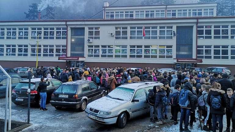 Srebrenica: Protest ispred škole zbog fotografija s četničkim obilježjima