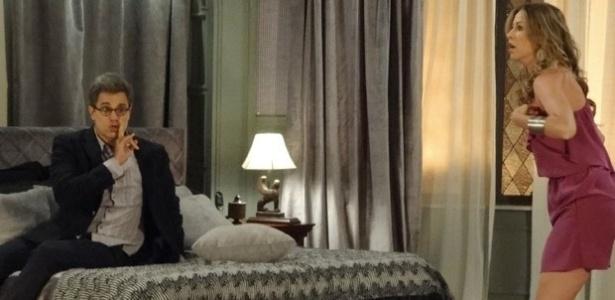 """Em """"Guerra dos Sexos"""", durante festa de Natal, Vania e Felipe se beijam no quarto e Charlô aparece"""