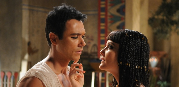 """4.jan.2013 - Ângelo Paes Leme e Larissa Maciel em cena da série """"José: de Escravo a Governador"""""""