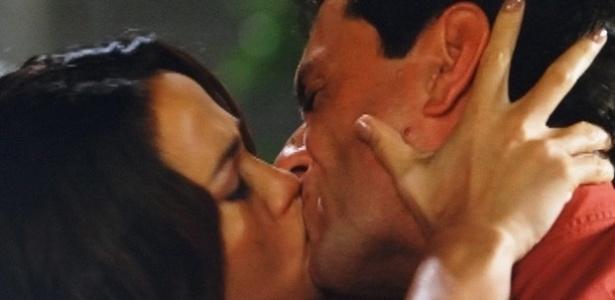 """Em """"Salve Jorge"""", Théo e Morena se beijam"""