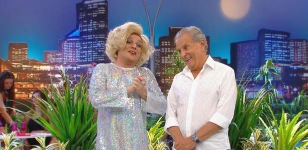 "O humorista René Vanorden, que interpreta Lebre Camargo, e Carlos Alberto de Nóbrega no programa ""A Praça É Nossa"" (10/3/10)"
