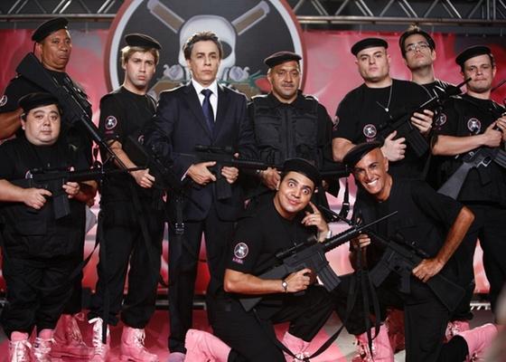 https://i1.wp.com/tv.i.uol.com.br/televisao/2010/12/23/tom-cavalcante-posa-com-a-turma-do-bofe-de-elite-dezembro2010-1293126171199_560x400.jpg