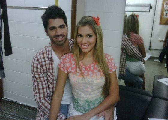 Adriana e Rodrigão posam no camarim da Globo (6/4/11)