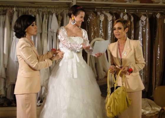 Da esquerda para a direita, Fernanda Torres, Bianca Comparato e Andrea Beltrão em cena da série Tapas & Beijos (21/6/2011)