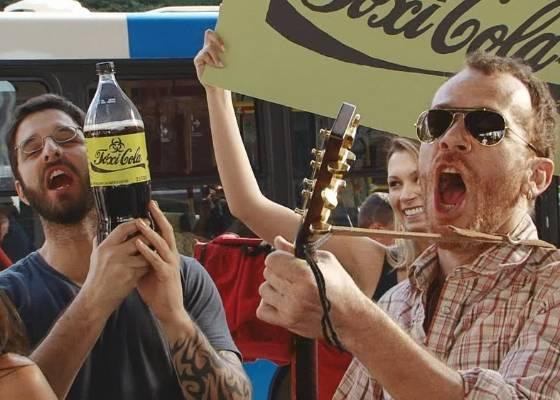 Rafinha Bastos e Nando Reis com a Toxicola, bebida à base de tabaco inventada pelo programa A Liga (26/7/11)