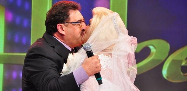 Hebe dá selinho em Ratinho e finge casar com o apresentador em programa (1/12/11)
