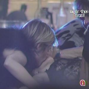 Diana dá um beijo na boca de Michelly durante a Festa Country (27/1/11)