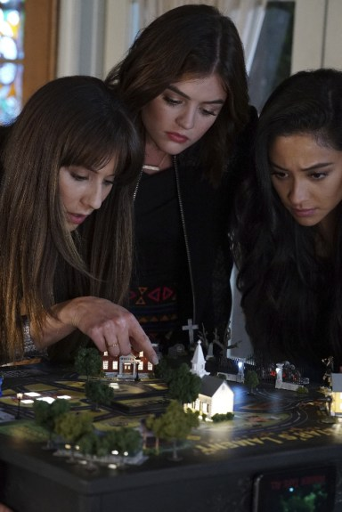 Pretty Little Liars 7x12 - TROIAN BELLISARIO, LUCY HALE, SHAY MITCHELL