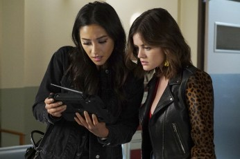 Pretty Little Liars 7x13 - SHAY MITCHELL, LUCY HALE