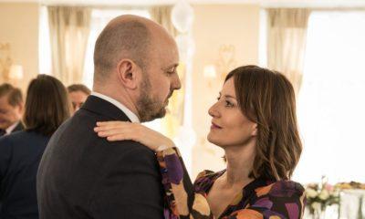 Na zdjęciu bohaterowie serialu Diagnoza, obejmują się w tańcu. Adam Woronowicz, Maja Ostaszewska