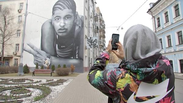 В Москве закрасили граффити с погибшим другом Тимати ...