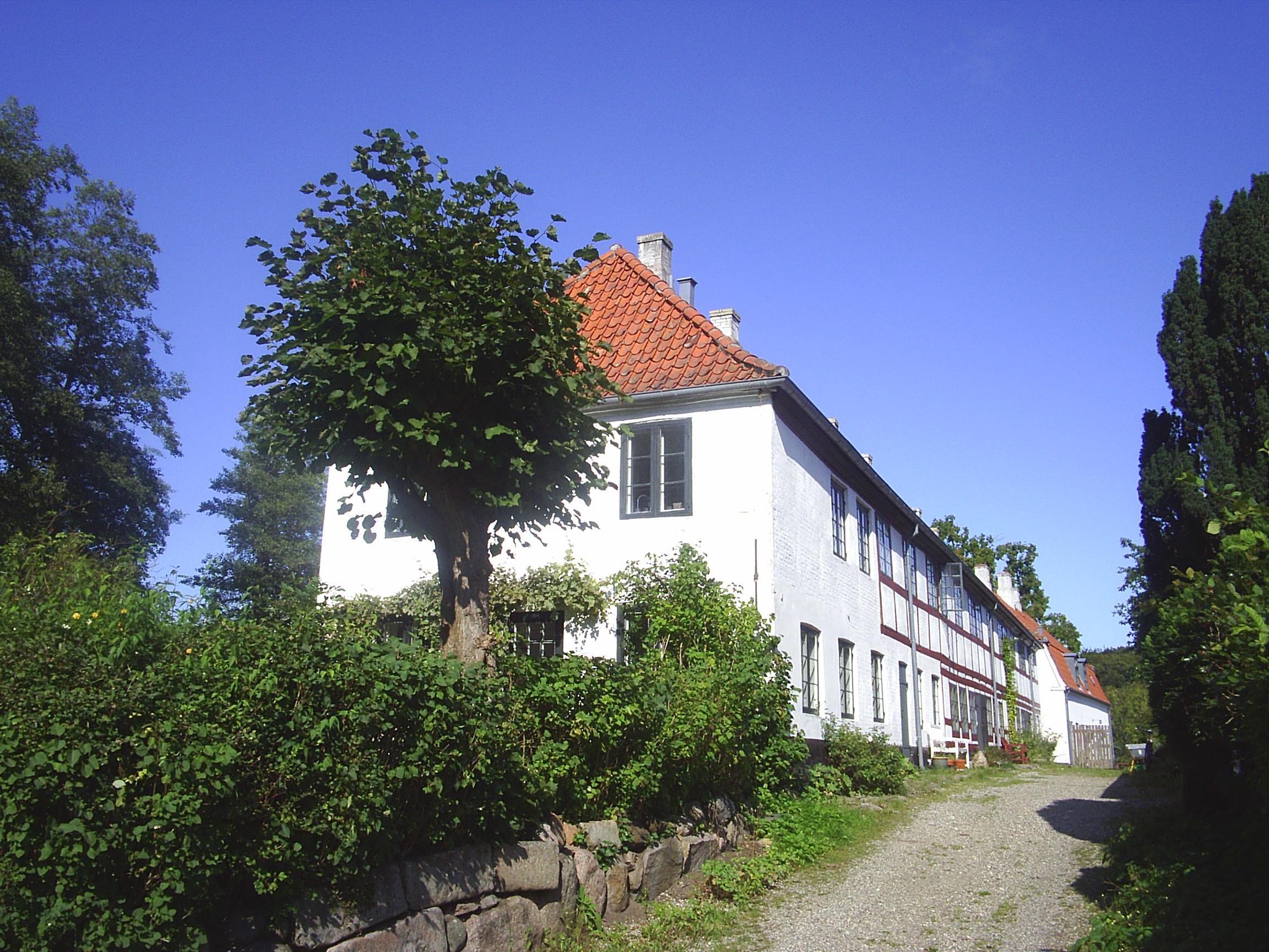Raadvad. Mølleådalen. Tidligere fabriksboliger. Foto sept. 2008