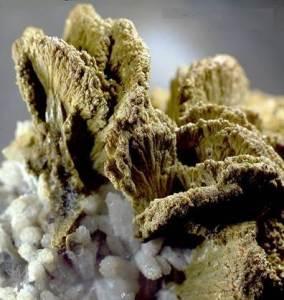 Эпидот-История-происхождение-и-свойства-камня-3