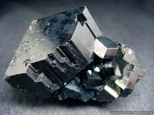 Чёрный-турмалин-Происхождение-история-и-свойства-камня-1