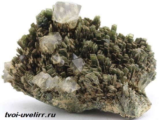 Геденбергит-минерал-Свойства-применение-и-цена-геденбергита-1