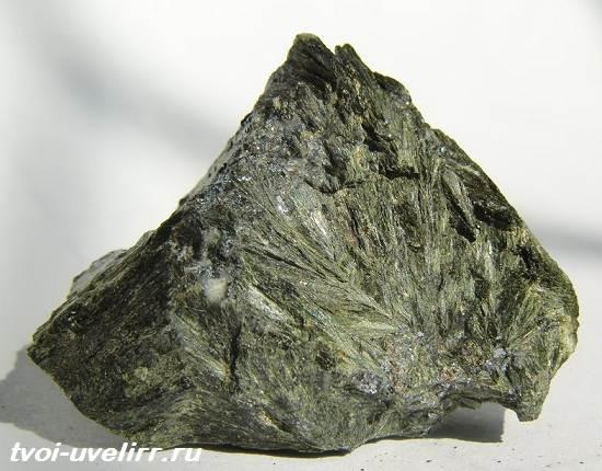 Геденбергит-минерал-Свойства-применение-и-цена-геденбергита-2