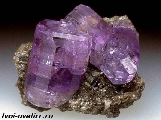 Фиолетовый-камень-Популярные-фиолетовые-камни-и-их-свойства-7