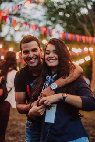 Prvi spoj na gradskom festivalu. Muškarac i žena zagrljeni i nasmiješeni gledaju u kameru.
