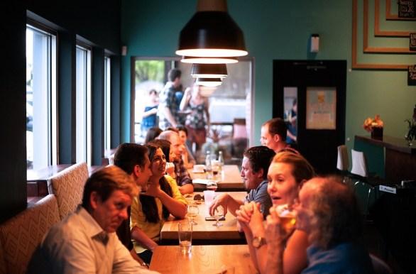 Grupa ljudi čeka jelo u restoranu. Odlična prilika za riješiti se sramežljivosti i povučenosti.