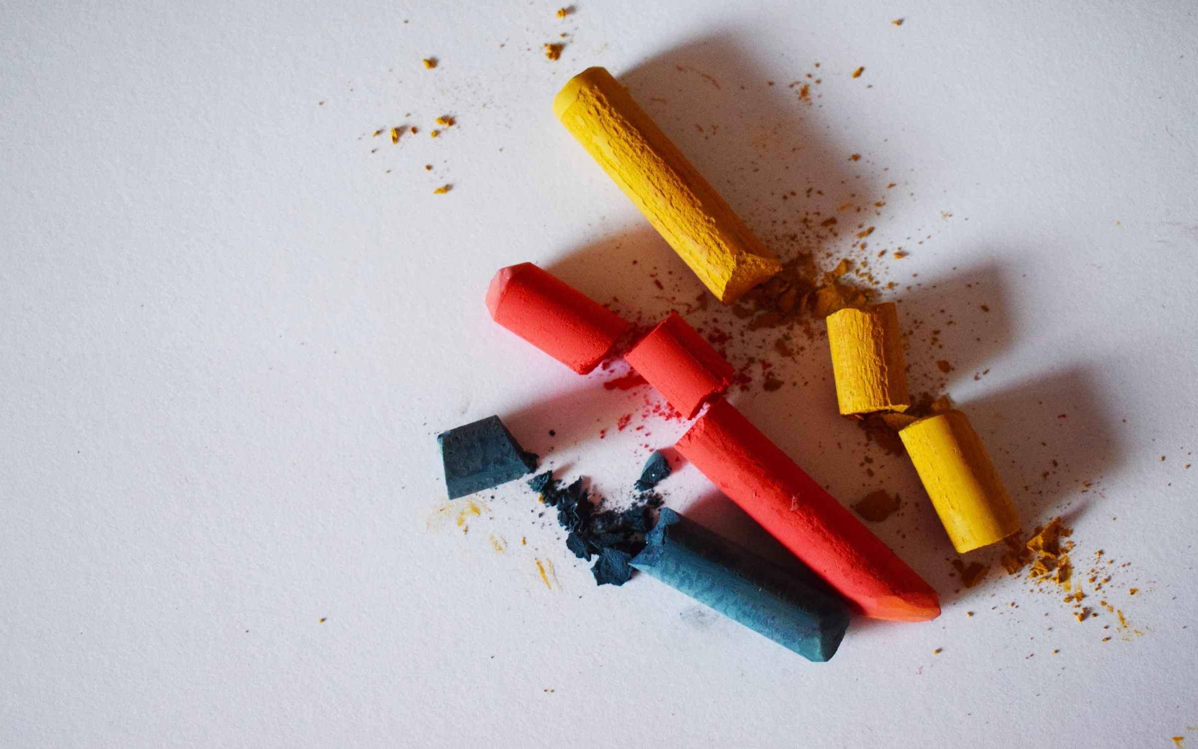 Žuta, crvena i plava kreda slomljene kao simbol prekinutog prijateljstva.
