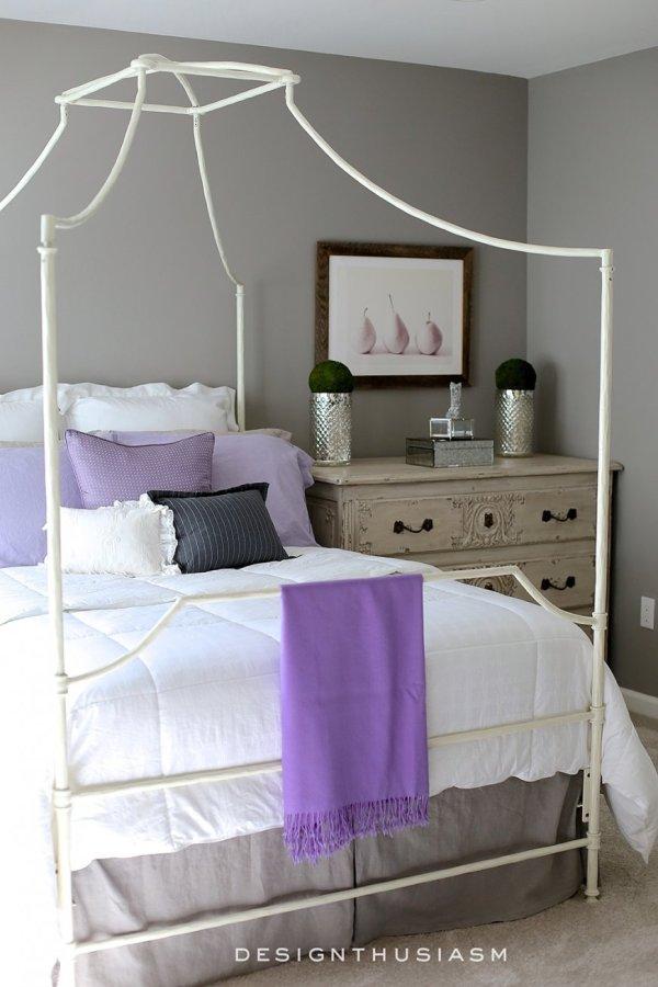 Маленькая спальня в фиолетовых тонах