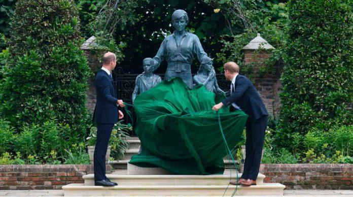 Develan estatua de Lady Di