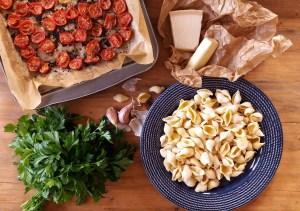 Čestvé těstoviny s pečenými rajčaty