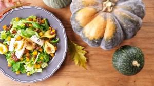 Salát s karamelizovanými hruškami a javorovými ořechy