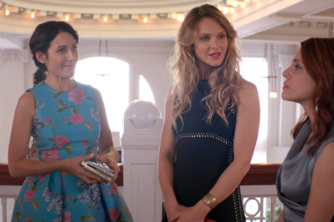 Abby, Phoebe and Jo attend a party on Girlfriends' Guide to Divorce