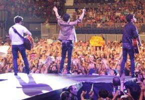 Jonas-Brothers-On-Stage-3